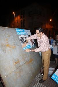Silvestre Castells en la pegada de carteles